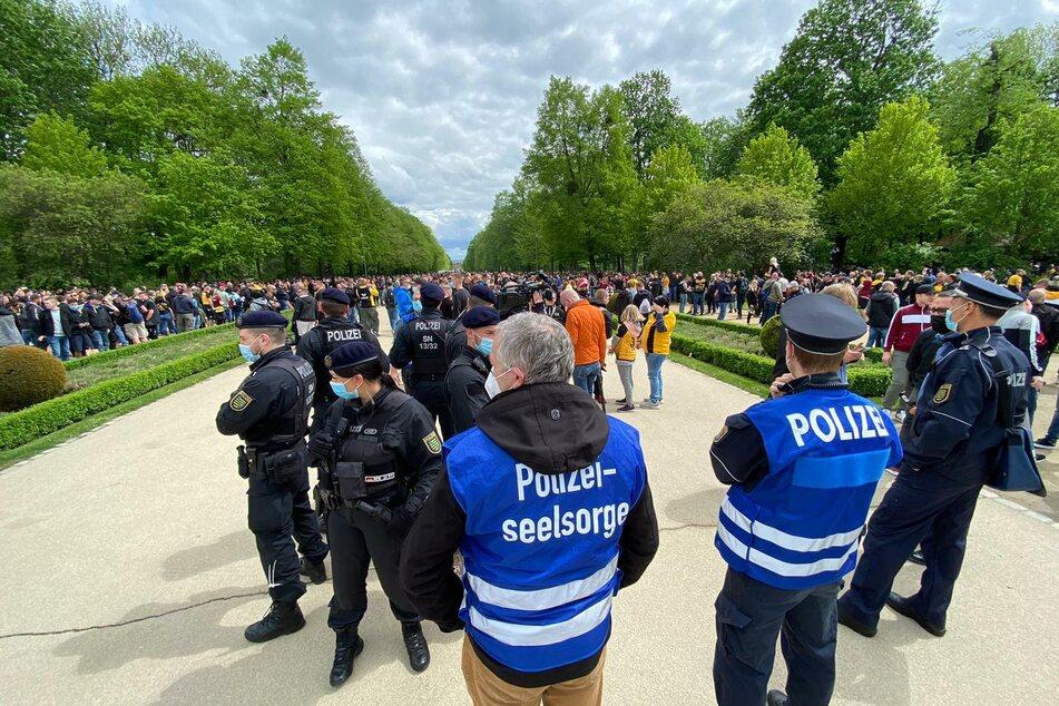 Ein Großaufgebot von Polizei kümmert sich um Hunderte Fans, die zum Stadion gekommen sind.