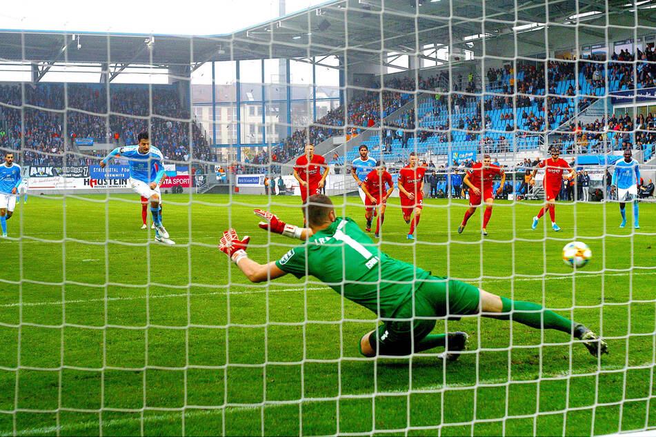 Auch vom Punkt sicher: Philipp Hosiner verwandelt den Elfer zum 3:0 gegen die Teufel.