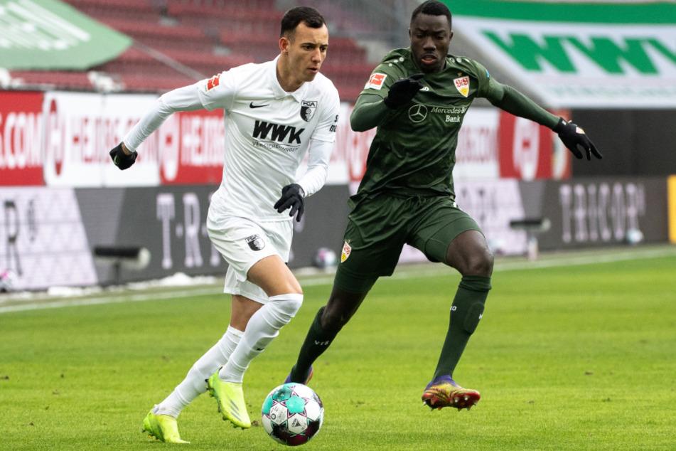 Stuttgarts Silas Wamangituka (r.), der zum 2:0 für den VfB traf, verfolgt FCA-Verteidiger Iago.