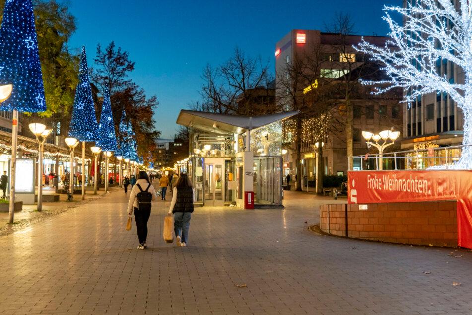 Weihnachtsdeko und sonst nur gähnende Leere. Wie hier in Duisburg wird es dieses Jahr in fast allen deutschen Innenstädten aussehen.