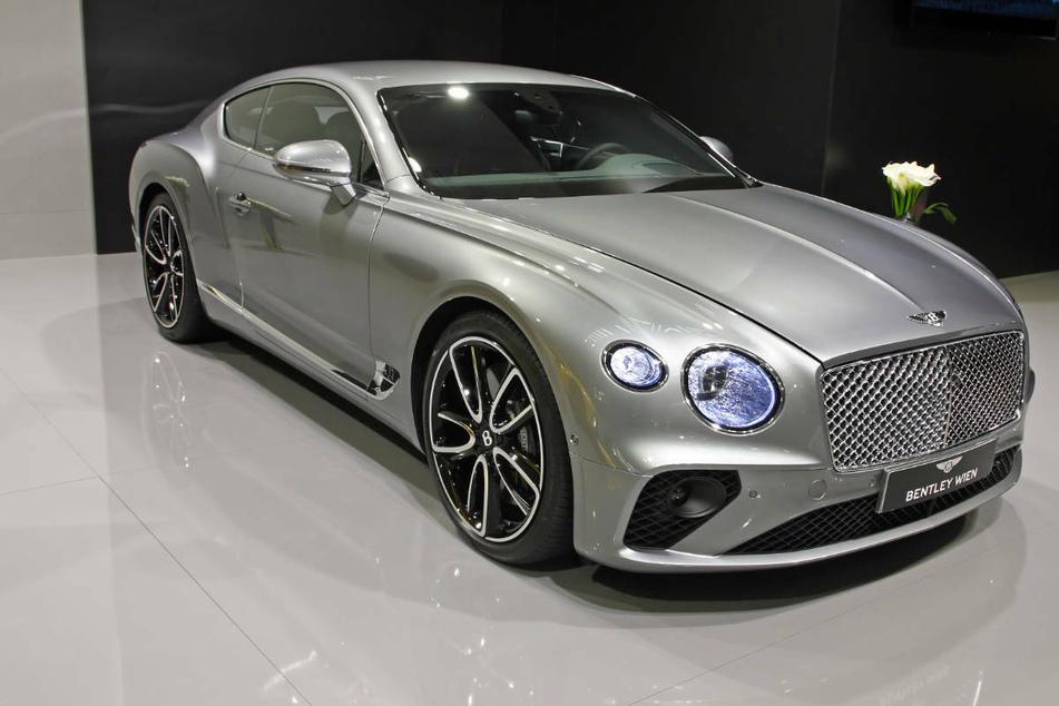 24-Jähriger leiht sich 200.000-Euro-Bentley von Freund und kracht in Stromkasten