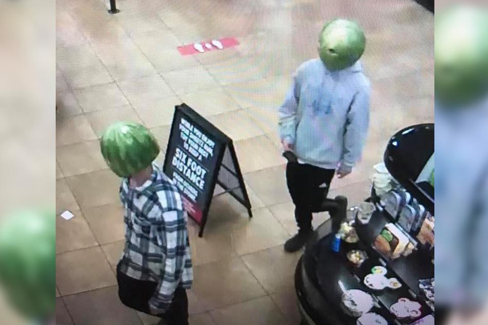 Mit Melonen auf den Köpfen blieben die zwei Diebe unerkannt.