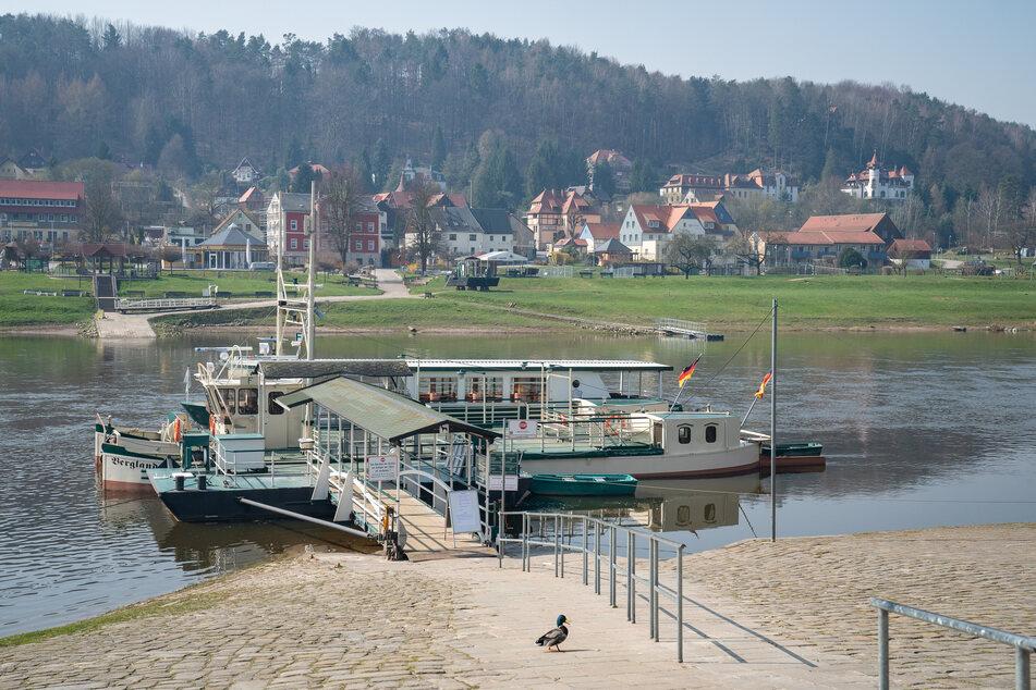 Die wegen der Corona-Pandemie stillgelegte Fähre zwischen Oberrathen und Niederrathen in der Sächsischen Schweiz.