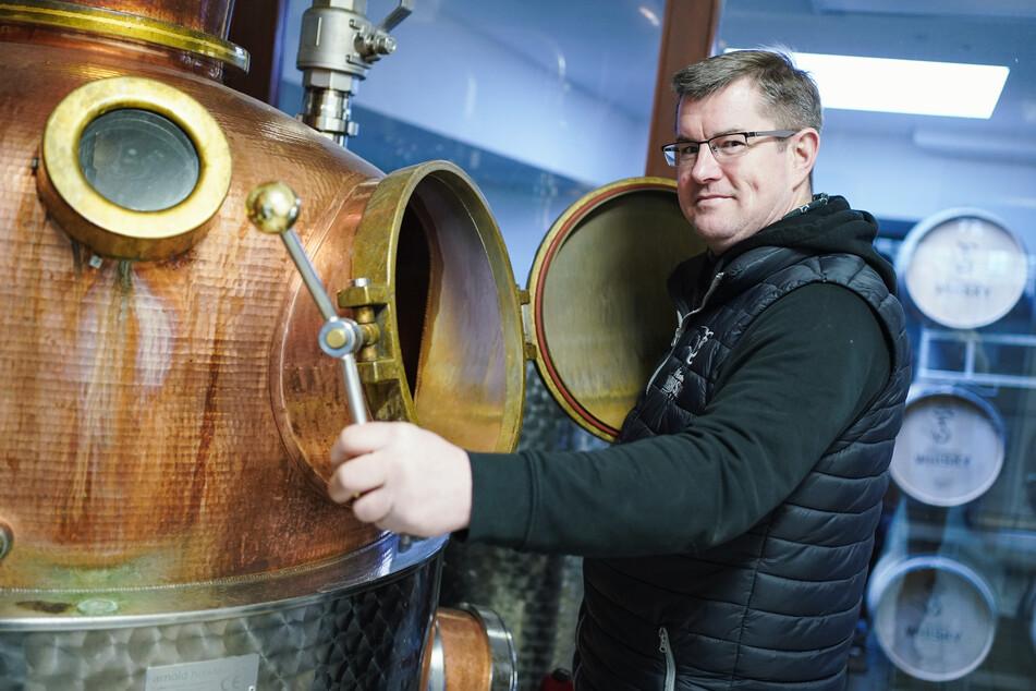 Thomas Sippel, Inhaber einer Destillerie, brennt aus Lenhardts Bier edlen Schnaps.