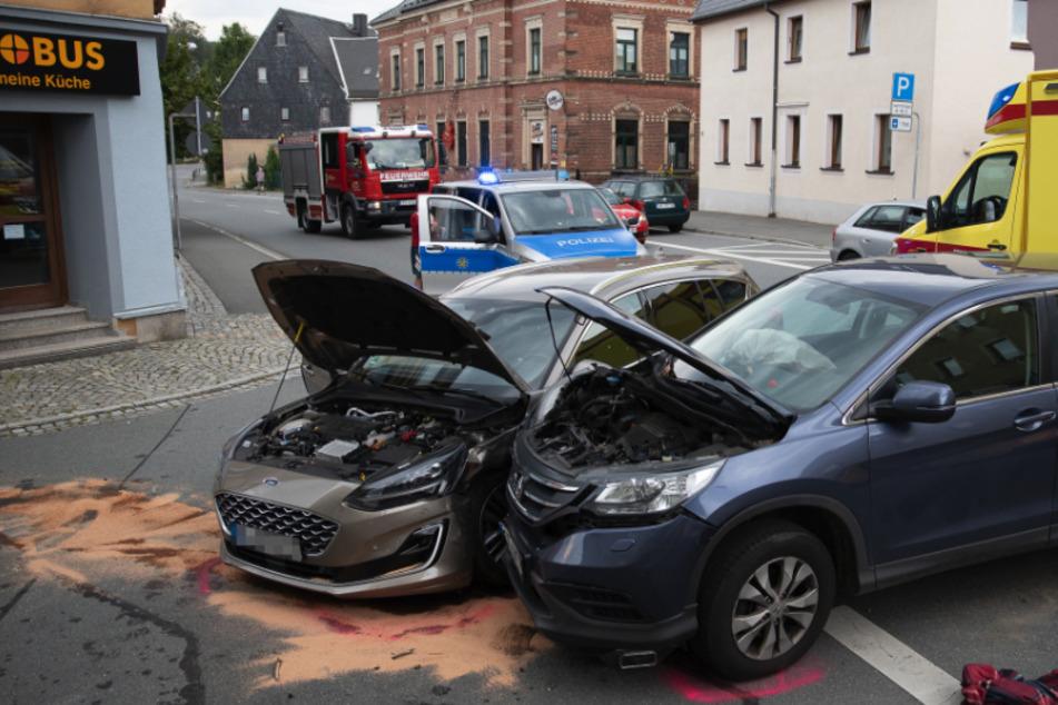 Kreuzungscrash im Erzgebirge: Honda und Ford krachen zusammen