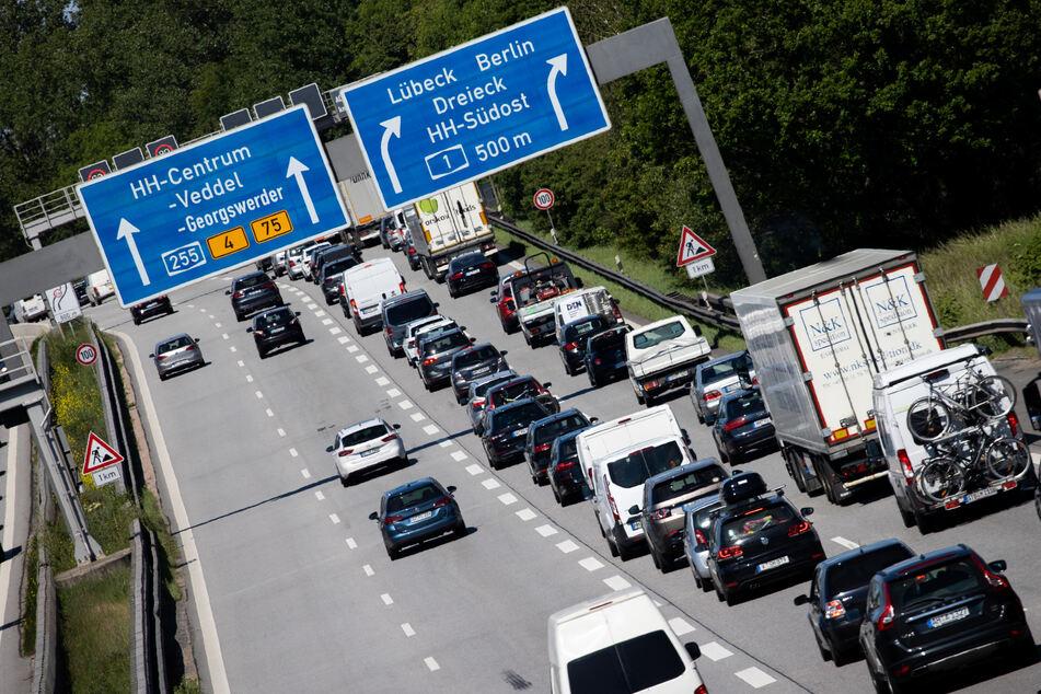Nur langsam kommen die Fahrzeuge auf der Autobahn A1 voran. (Symbolbild)