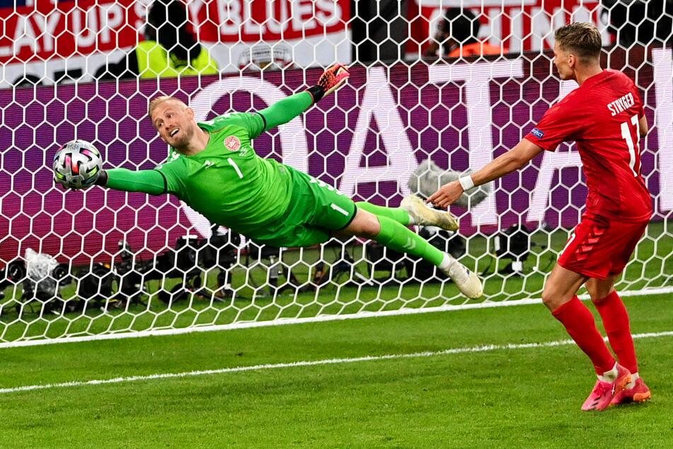 Dänemarks Keeper Kasper Schmeichel (l.) spielt in England bei Leicester City und ließ die Three Lions nun im Halbfinale verzweifeln, zeigte viele exzellente Paraden.