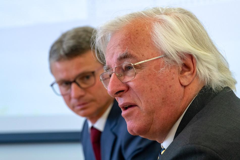 Bernd Sibler (l, CSU), Staatsminister für Wissenschaft und Kunst, und Karl-Walter Jauch, Ärztlichen Direktor am LMU-Klinikum München während der Pressekonferenz.