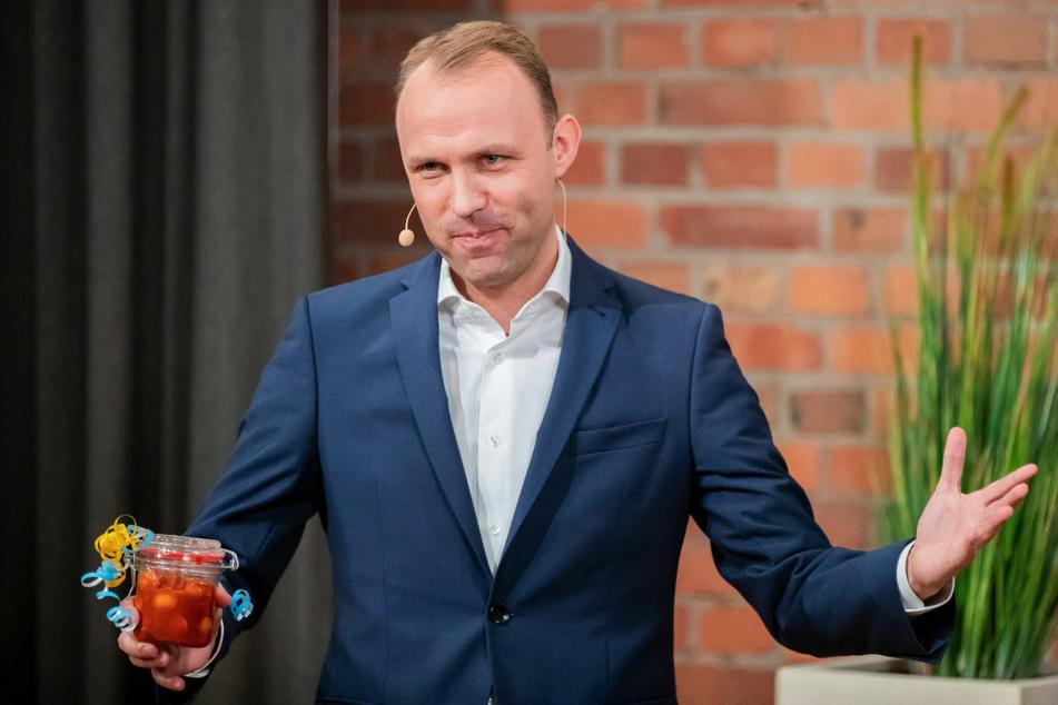 Sebastian Czaja (37, FDP) hält beim digitalen Parteitag der FDP Berlin ein Glas Currywurst, als seine Spitzenkandidatur für die Abgeordnetenhauswahl 2021 von den Delegierten per Wahl bestätigt wird.