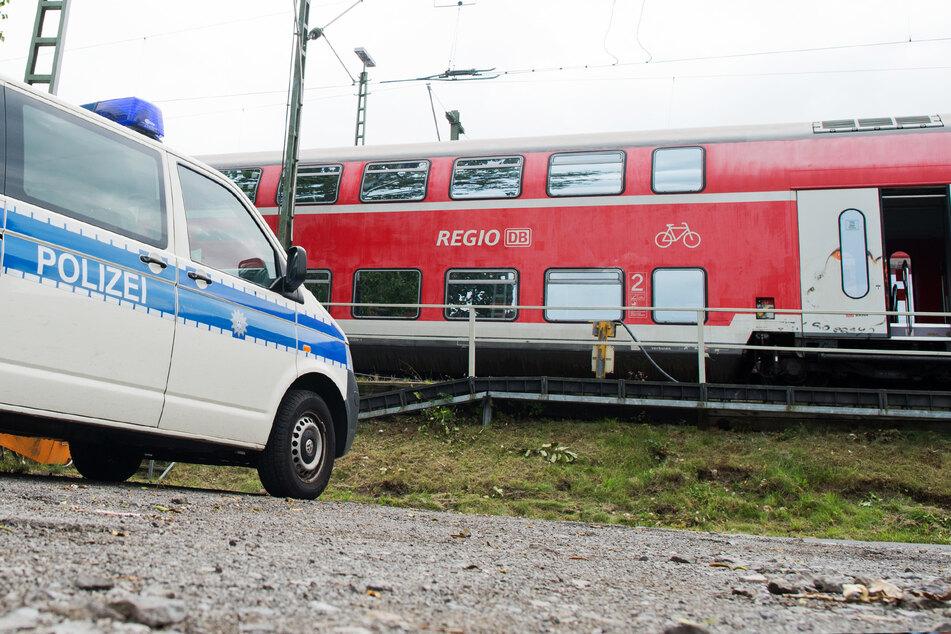 Ein Fahrzeug der Bundespolizei steht vor einem Regionalzug der Deutschen Bahn. (Symbolbild)