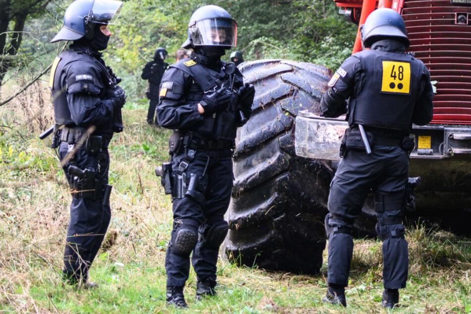 Konflikt um den Ausbau der A49 in Nord- und Mittelhessen: Das Foto vom Donnerstag zeigt Polizisten im Herrenwald bei Stadtallendorf.