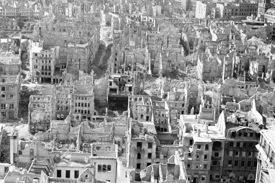 Bei den Luftangriffen im Februar 1945 wird Dresden zerstört, etwa 25.000 Menschen sterben.