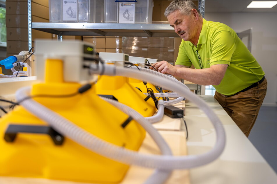 Jürgen Schmiedgen (68) hat einen Inhalator mit Bienenstock-Luft entwickelt, der Covid-19-Patienten helfen soll.