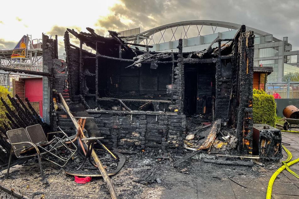 Die Laube am Flughafen brannte komplett aus.