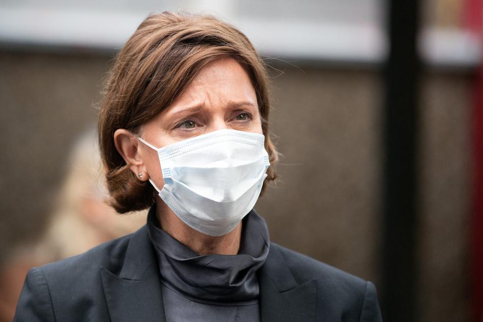 Yvonne Gebauer (FDP), Schulministerin von Nordrhein-Westfalen, trägt einen Nasen-Mundschutz bei ihrem Besuch der Realschule Benzenberg.