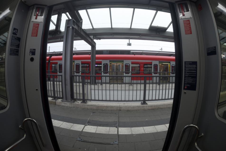 Nach dem Übergriff auf einen Schüler in einer Münchner S-Bahn sucht die Polizei Zeugen. (Symbolbild)