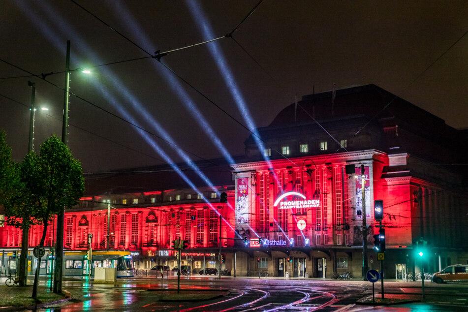 ... wie der Leipziger Hauptbahnhof in den Farben rot und weiß, um RB Leipzig zu unterstützen.