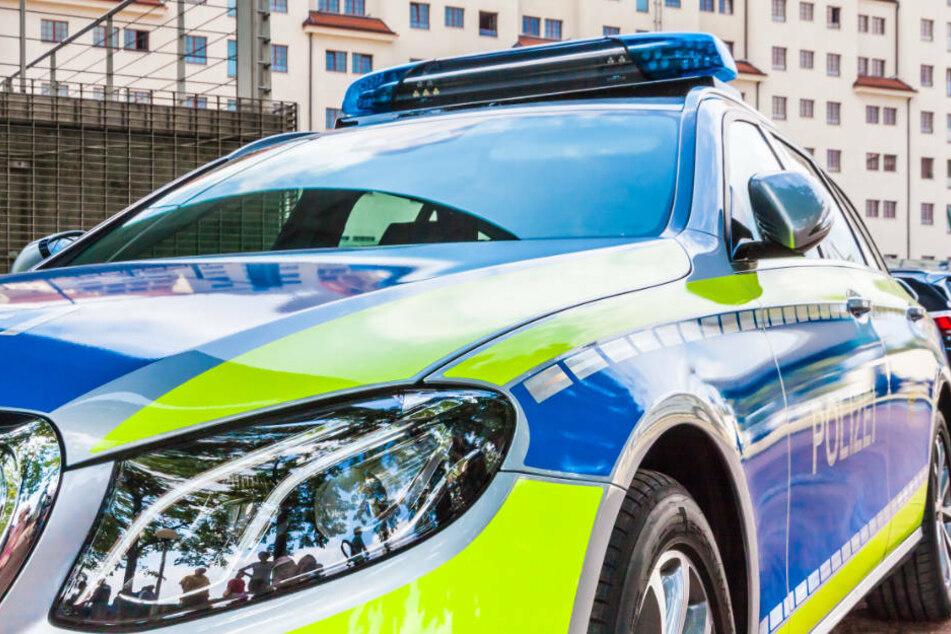 Mann legt total besoffen falschen Gang ein und kracht rückwärts in Polizeiauto