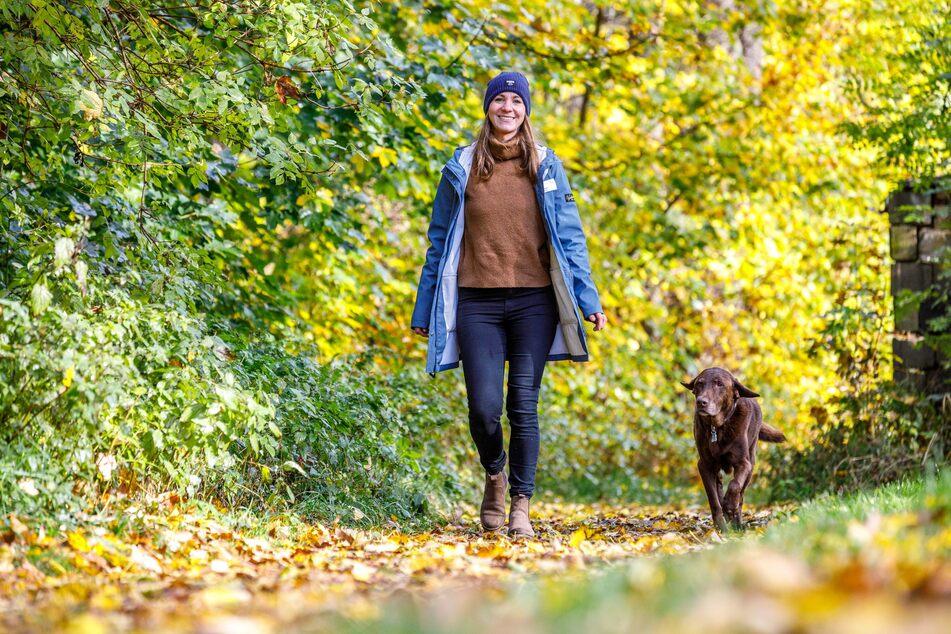 Cindy Bech (33) und ihr Hund Pepe (12) helfen gemeinsam den Patienten in Arnsdorf, unter anderem durch Spaziergänge im Wald. Während der Therapiestunden mit Betroffenen gilt übrigens auch Maskenpflicht.