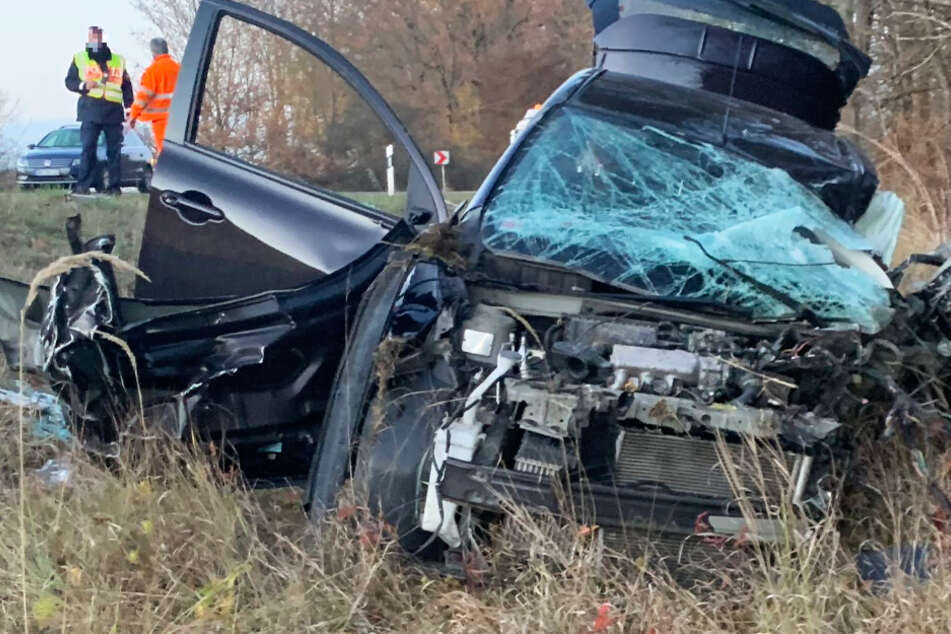 Auto kracht frontal in Sattelzug: Frau (54) stirbt nach Horror-Crash