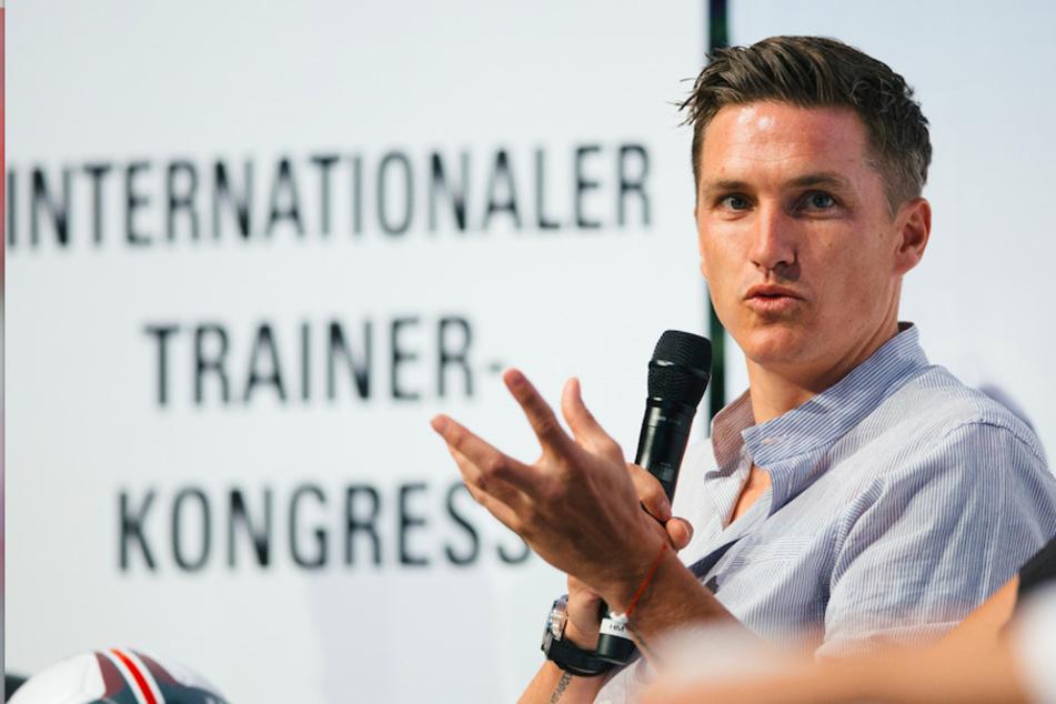 Fussballtrainer Tobias Schweinsteiger sitzt auf dem Podium des Internationalen Trainer-Kongresses 2018 vom Bund Deutscher Fussball-Lehrer in Dresden.