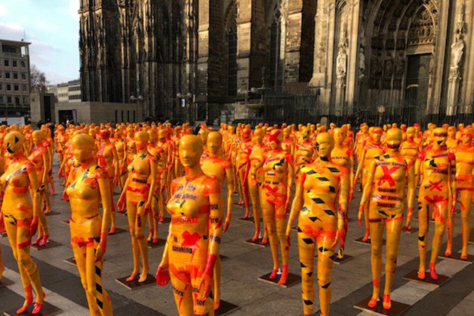 222 orangene Figuren vorm Kölner Dom gesichtet: Das steckt dahinter