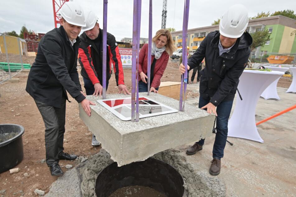 Architekt Christian Müller (l.), Steffen Rupf (Krause und Co.), Projektleiterin Susan Einhorn und Bürgermeister Michael Stötzer setzen den Grundstein für die Grundschule an der Jakobstraße.