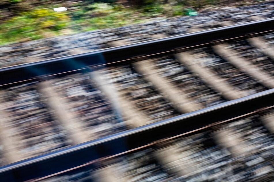 Ein Mann verlor auf den Bahngleisen nahe Treuchtlingen sein Leben. (Symbolbild)