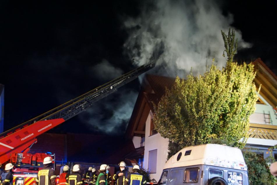 Feuerwehrleute bei den Löscharbeiten des Brandes.