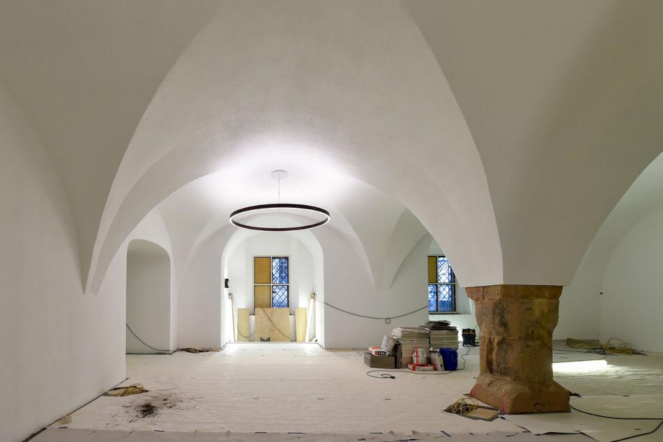 Der Hauptraum. An der Decke die große Lampe von Architekt Peter Kulka (83).