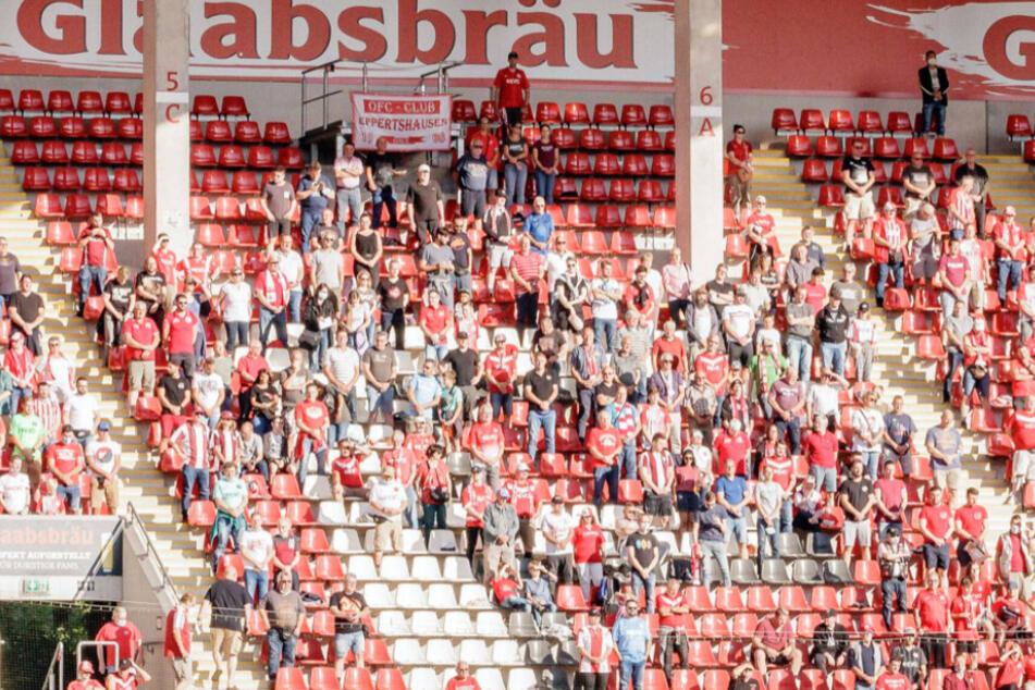 Im Offenbacher Stadion am Bieberer Berg dürfen aufgrund der Corona-Verordnung nur maximal zwei kleine alkoholische Getränke pro Nase verkauft werden.