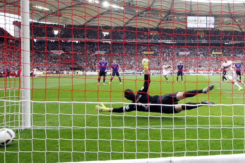 Im Mai 2017 trat der FCE vor 59.000 Zuschauern in Stuttgart an, verlor 0:3. Simon Terodde versenkte diesen Elfer zum 1:0, traf danach nochmal.