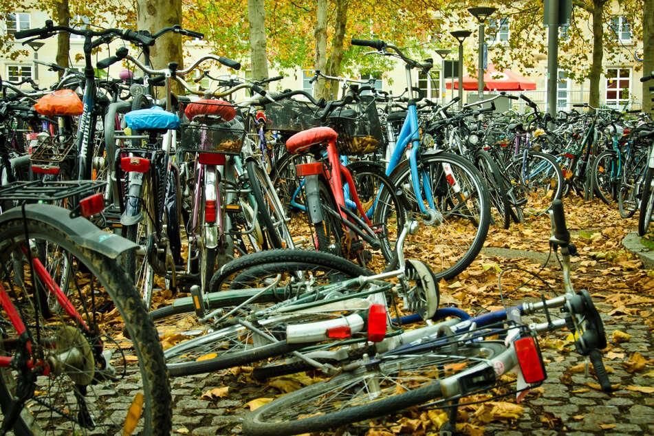 Mehr oder weniger gut geparkten Fahrräder. (Symbolbild)