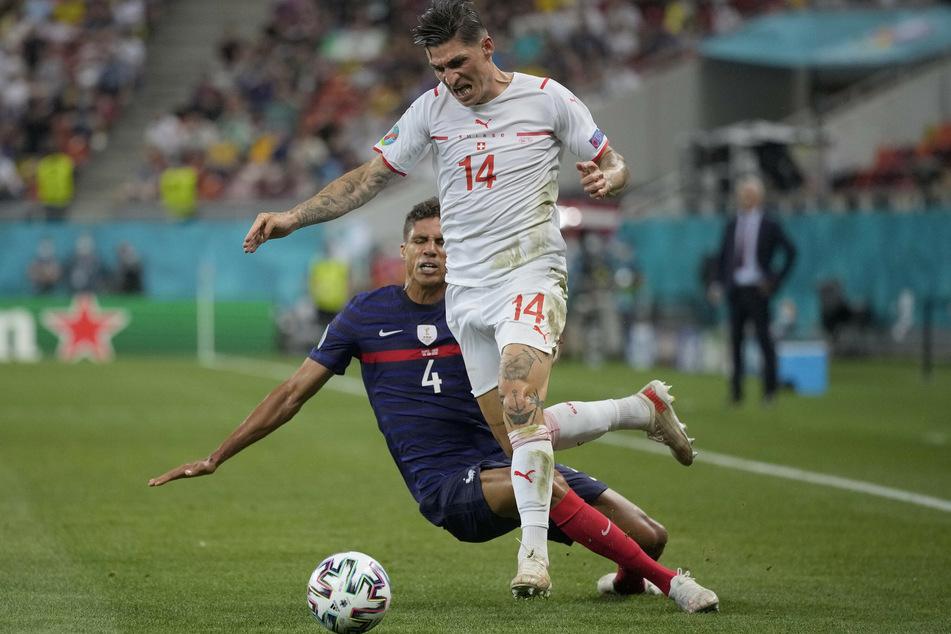Der Schweizer Steven Zuber (29, am Ball) brillierte im Achtelfinale gegen Frankreich um Real-Madrid-Abwehrass Raphaël Varane (28).