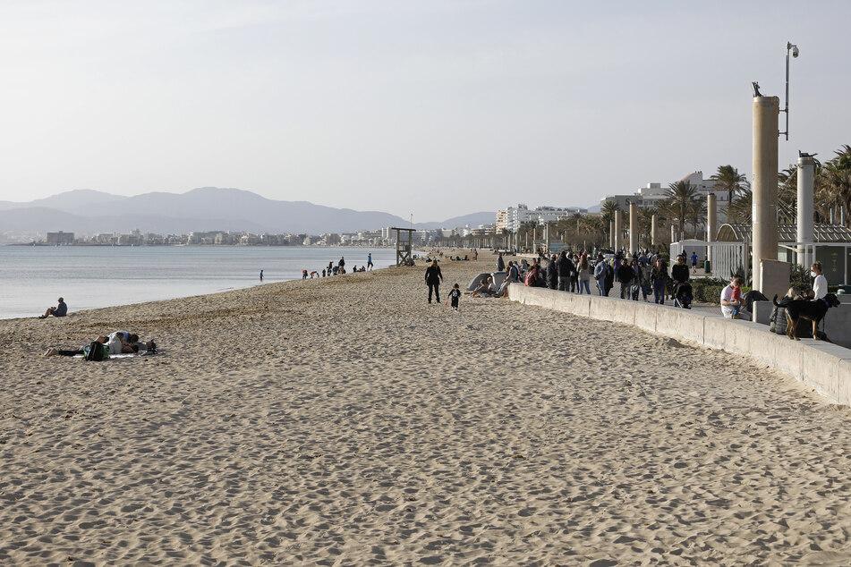 Menschen entspannen am Strand von Arenal. Trotz Corona-Pandemie zieht es viele Urlauber zieht nach Mallorca.