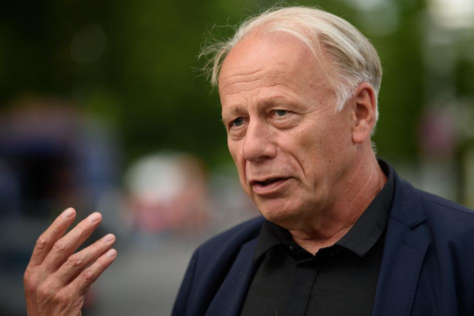 Jürgen Trittin, Mitglied im Auswärtigen Ausschuss des Deutschen Bundestages, gibt ein Pressestatement ab.