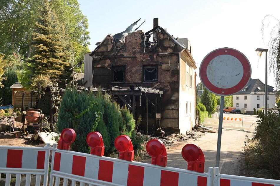 Chemnitz: Chemnitz: Wohnhaus abgebrannt! Bewohnerin und Hund gerettet, Feuerwehrmann verletzt