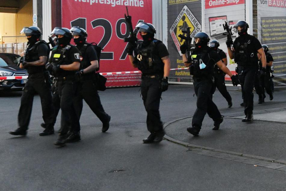 Schwer bewaffnete Polizisten am Tatort.