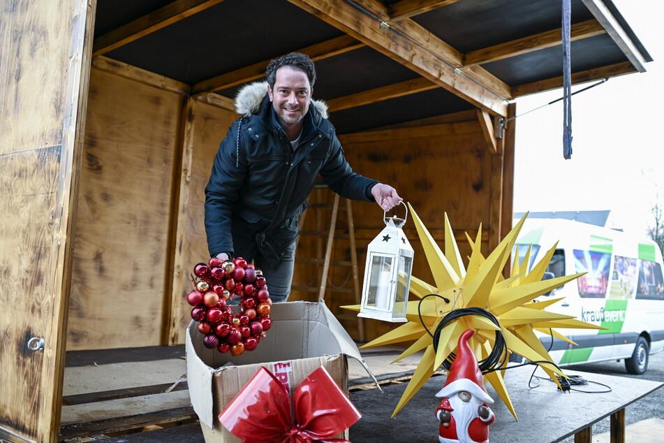"""Eric Seifert (36) von Krauß Event packt die Deko für den """"Weihnachts-Express"""" aus."""