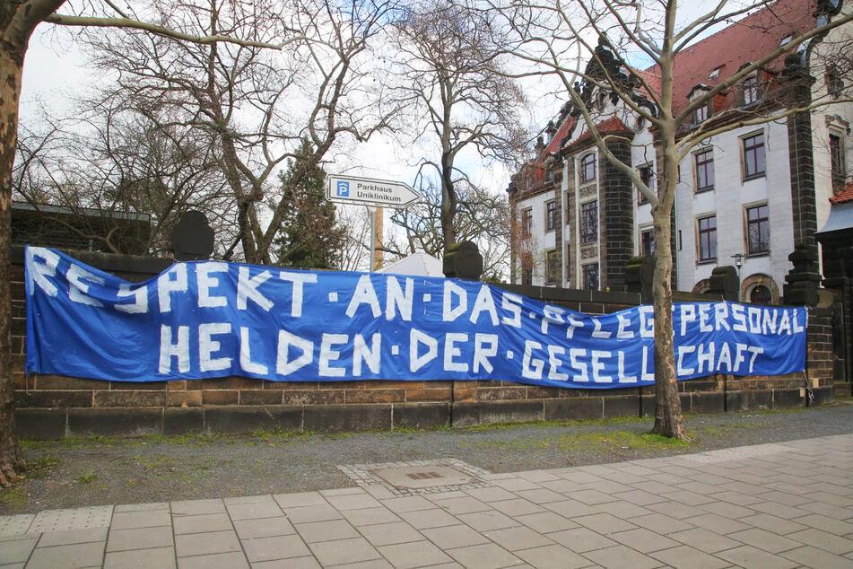 """Respekt an das Pflegepersonal - Helden der Gesellschaft"" steht auf dem Banner an der Fetscherstraße."