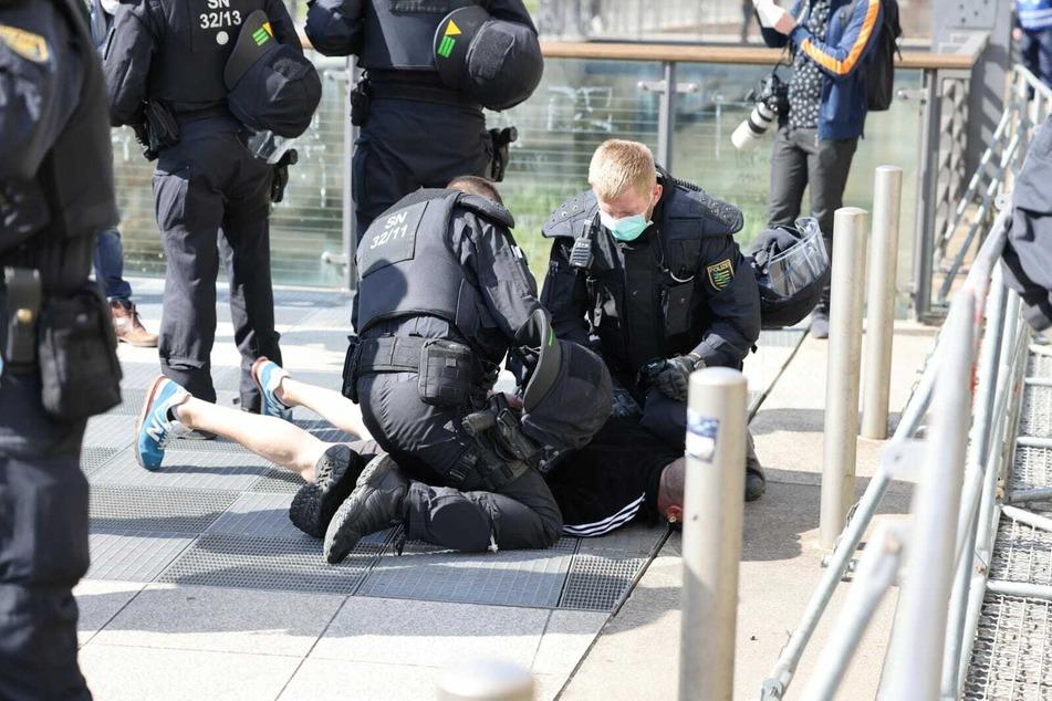 """Die Polizei hat einen Teilnehmer der """"Bewegung Leipzig""""-Kundgebung festgenommen."""