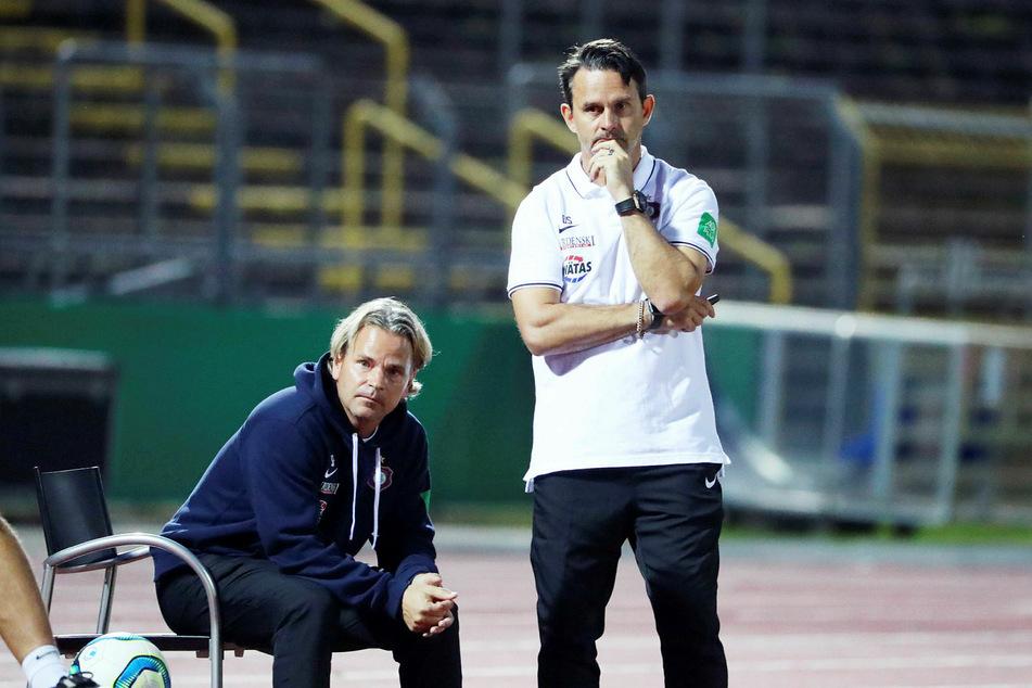 Aue-Coach Dirk Schuster (r.) konnte mit der Leistung seiner Mannschaft nicht zufrieden sein.