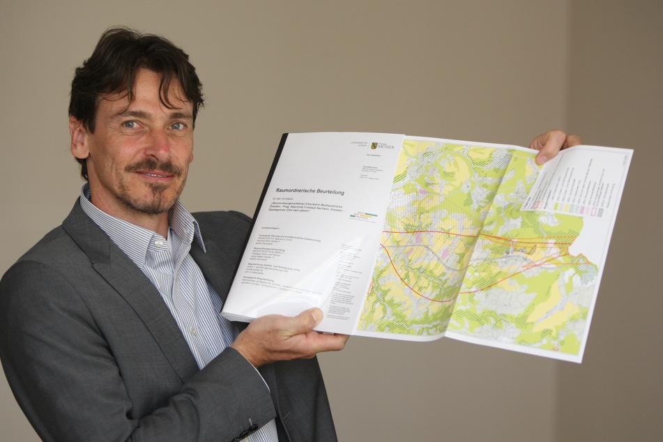 Planungsingenieur Kay Müller mit dem Streckenkorridor, in der die Verbindung einmal ab Heidenau liegen könnte.