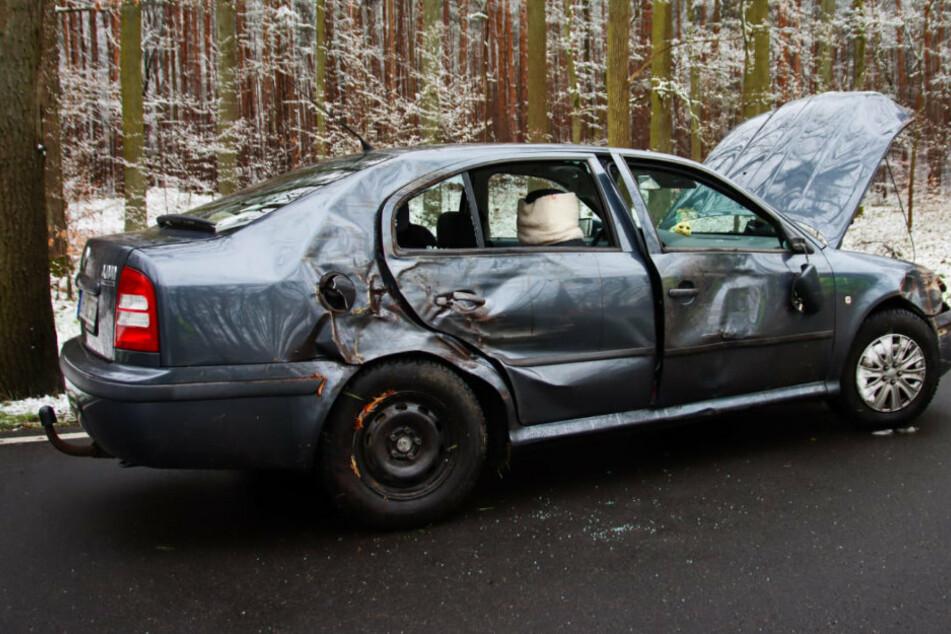 Blitz-Schnee sorgt für Glätte-Unfall: Auto schleudert gegen Baum, auch Kinder verletzt