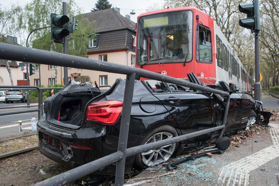 Das Auto wurde bei der Kollision gegen ein Geländer gedrückt.
