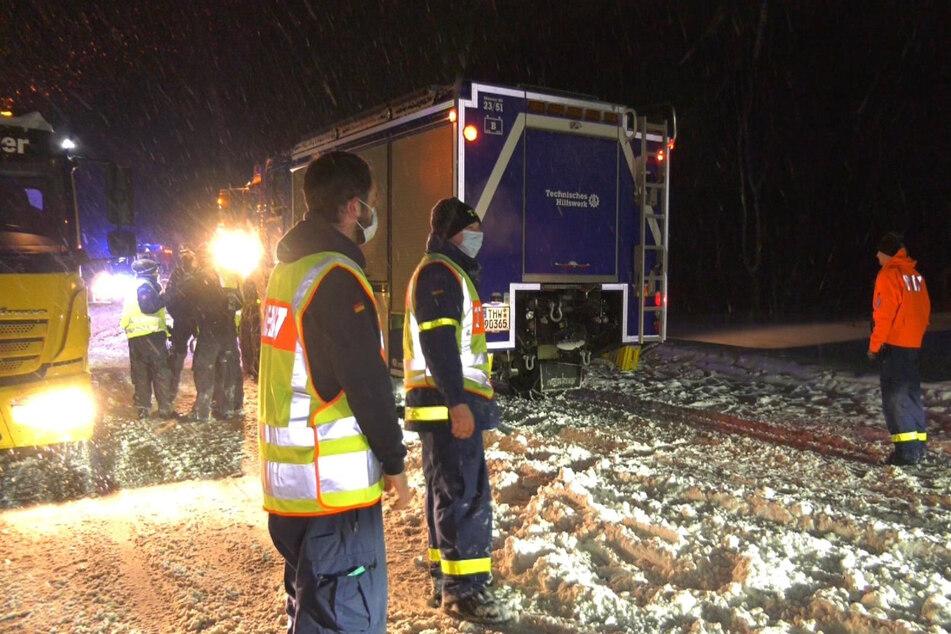 Bielefeld: Mitarbeiter des Technischen Hilfswerks (THW) stehen während des Staus auf der Autobahn 2.