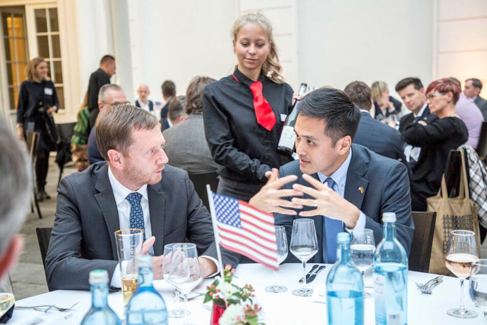 Zwei Sonnyboys beim Barbecue: Michael Kretschmer (l., 45, CDU) mit dem neuen US-Generalkonsul Ken Toko.