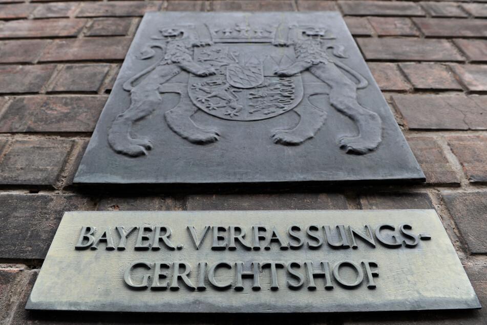 Ein Schild am Eingang des Bayerischen Verfassungsgerichts im Justizpalast.