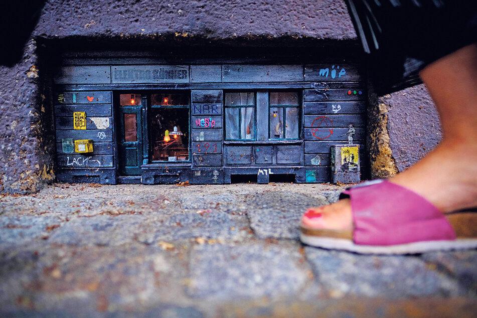 Dieser Mini-Laden im Vorsprung eines Kellerfensters an der Sebnitzer Straße wird beim Vorbeilaufen schnell übersehen, doch ein detaillierter Blick ist der Mühe wert.