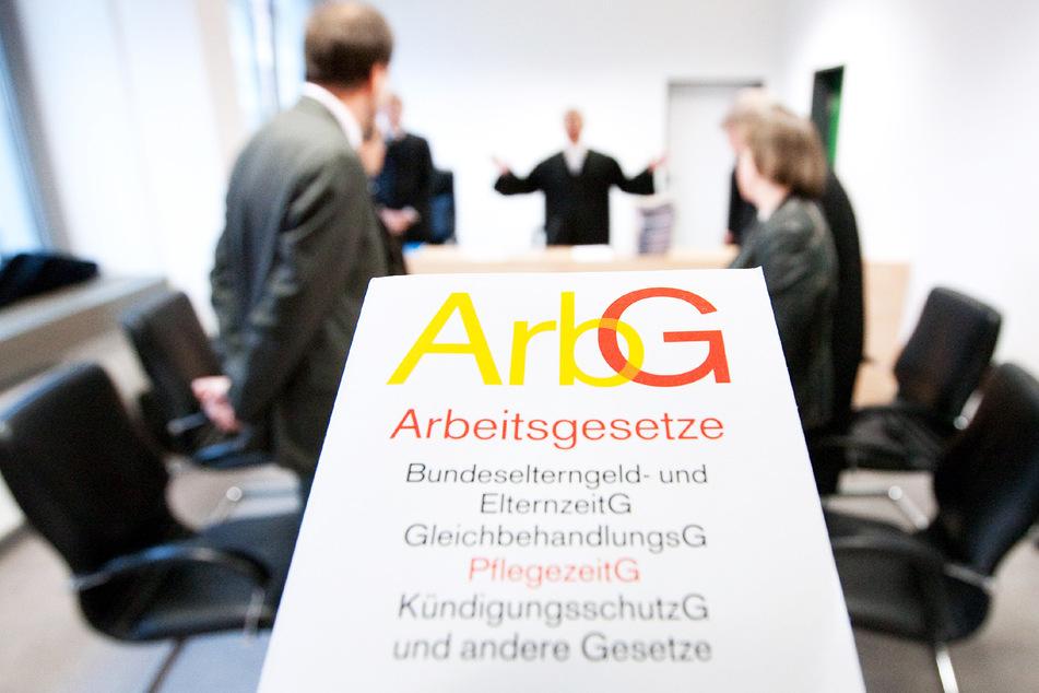 Ein Arbeitsgesetzbuch wird im Arbeitsgericht Osnabrück in die Kamera gehalten. (Archivbild)